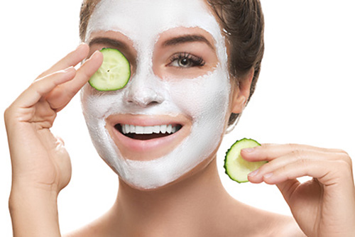 mujer con mascara facial bio peeling
