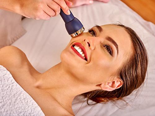 mujer recibiendo un tratamiento de mesoterapia virtual.